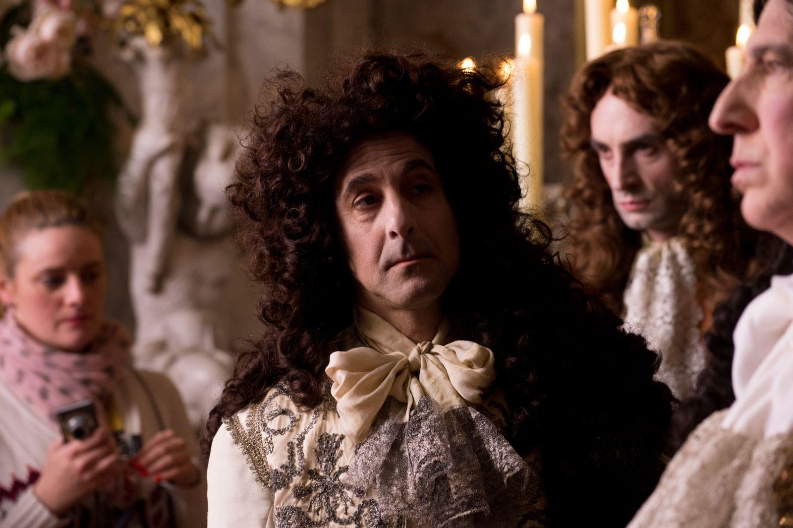 Le Regole del Caos: Stanley Tucci nei panni del Duca D'Orleans in una scena del film