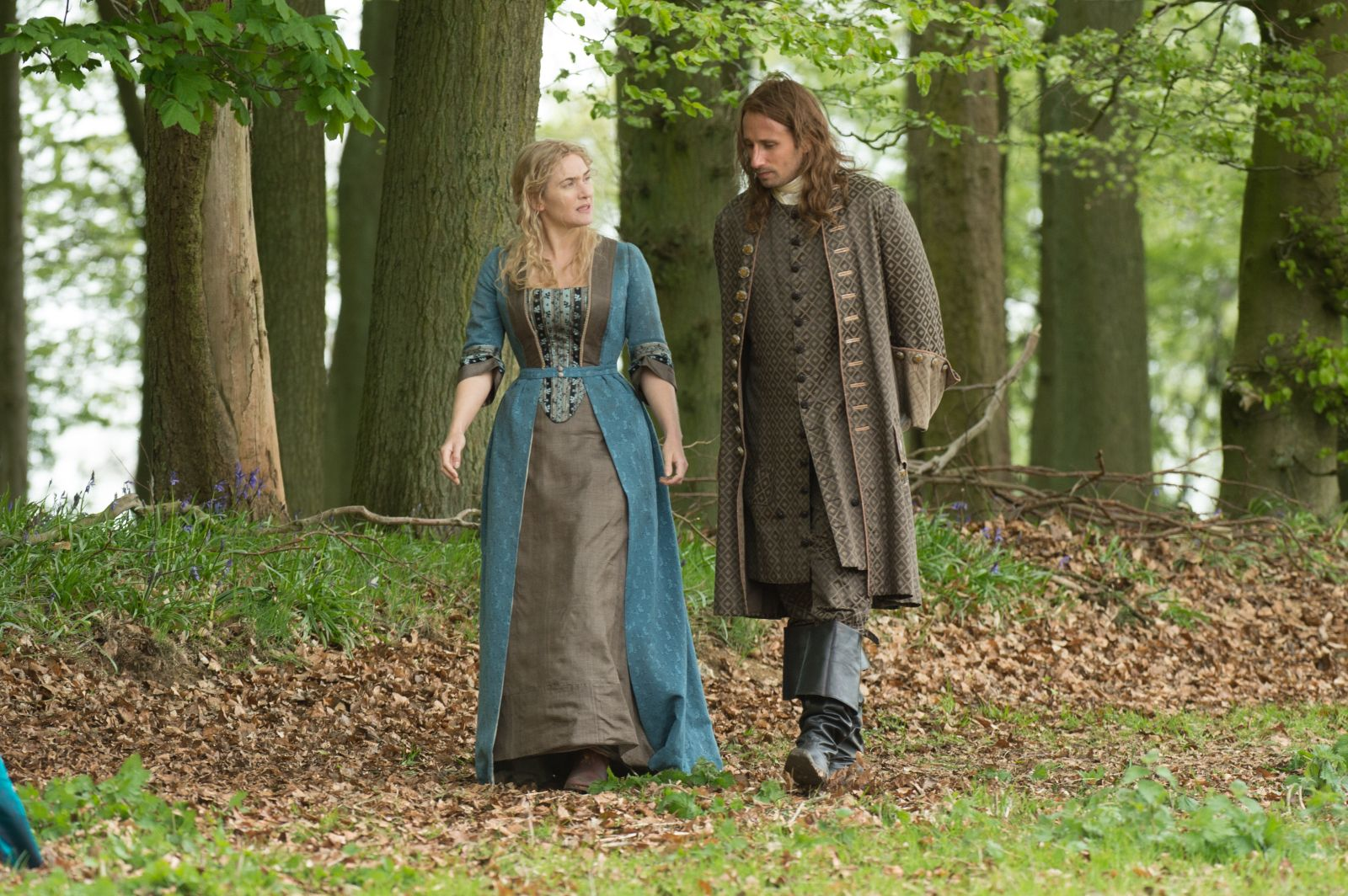 Le Regole del Caos: Kate Winslet passeggia con Matthias Schoenaerts in una scena tratta dal film