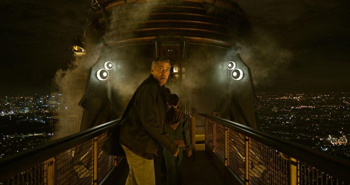 Tomorrowland - Il mondo di domani: George Clooney si guarda le spalle in una scena del film