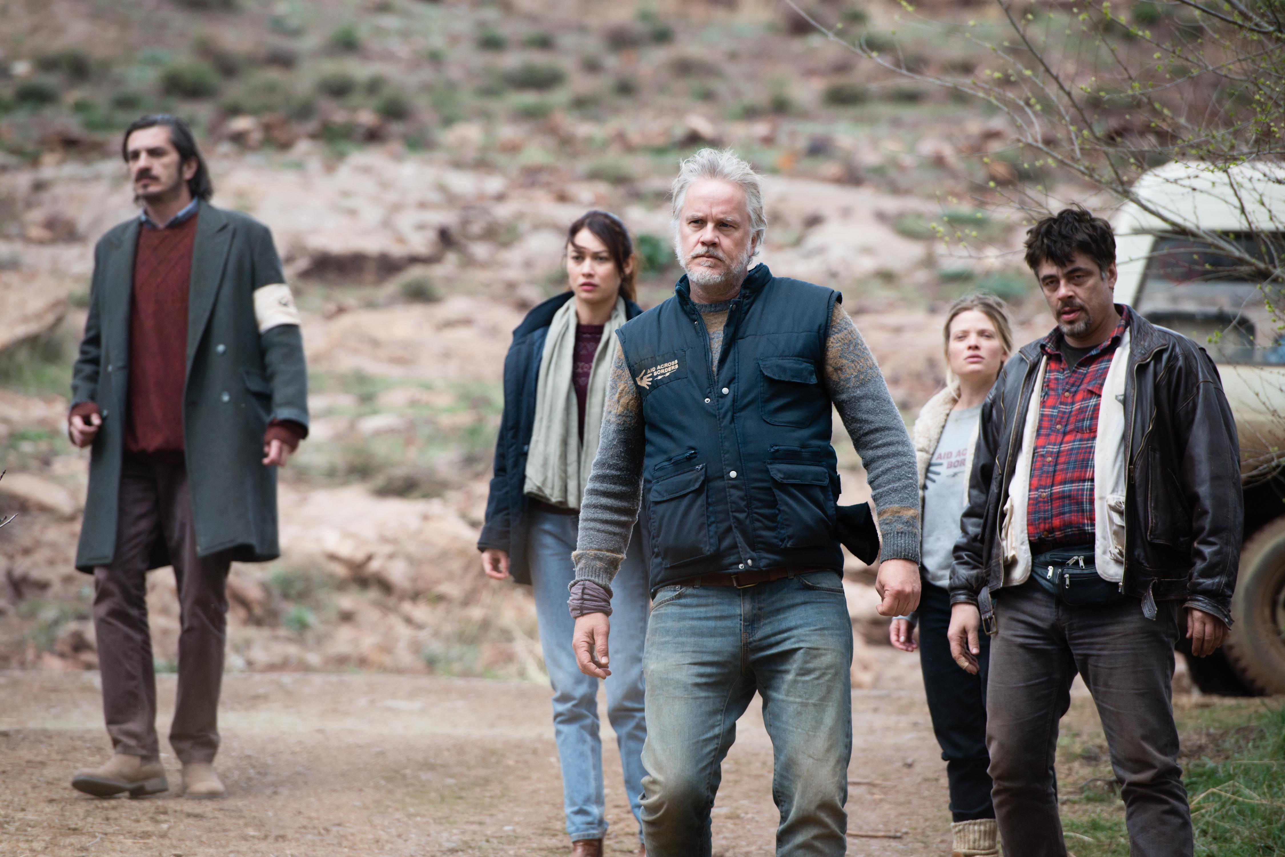 A Perfect Day: Tim Robbins, Benicio Del Toro, Olga Kurylenko, Mélanie Thierry e Fedja Stukan in una scena