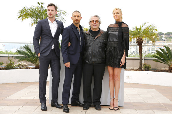 Mad Max: Fury Road - Nicholas Hoult, Tom Hardy e Charlize Theron circondano George Miller a Cannes