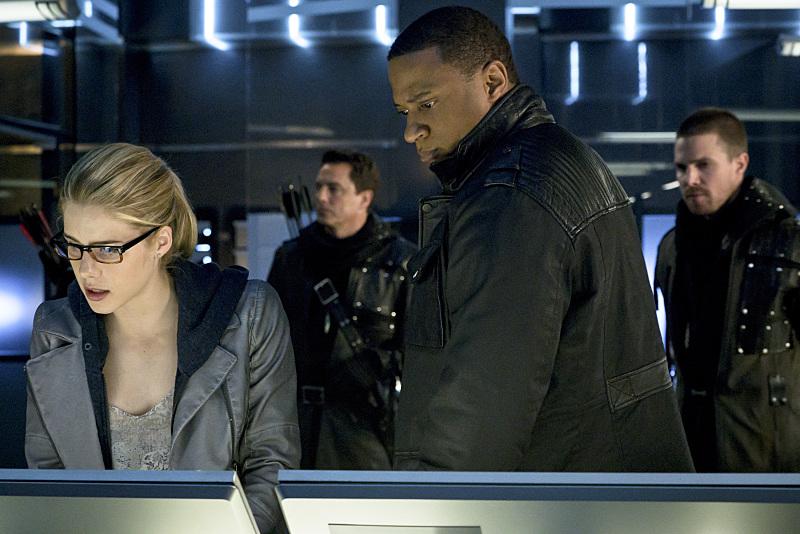 Arrow: Emily Bett Rickards, David Ramsey, John Barrowman e Stephen Amell in My Name Is Oliver Queen