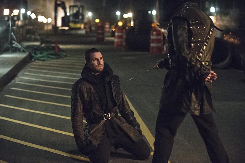 Arrow: il protagonista Stephen Amell in una scena del season finale My Name Is Oliver Queen