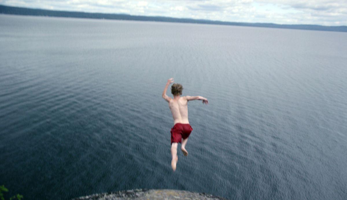 Sleeping Giant: Nick Serino si tuff in mare in una scena del film