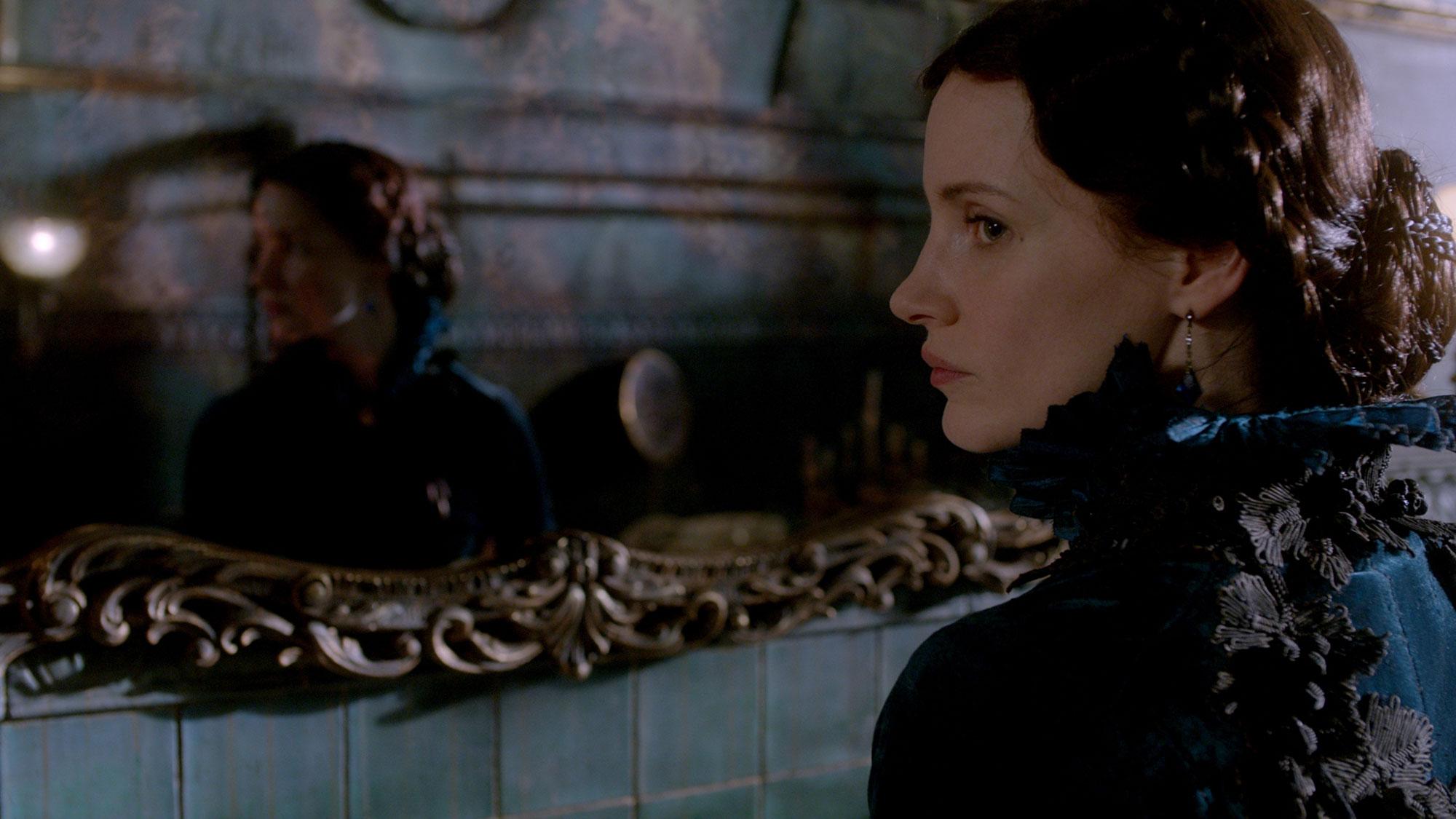 Crimson Peak: Jessica Chastain è Lady Lucille Sharpe in una scena del film
