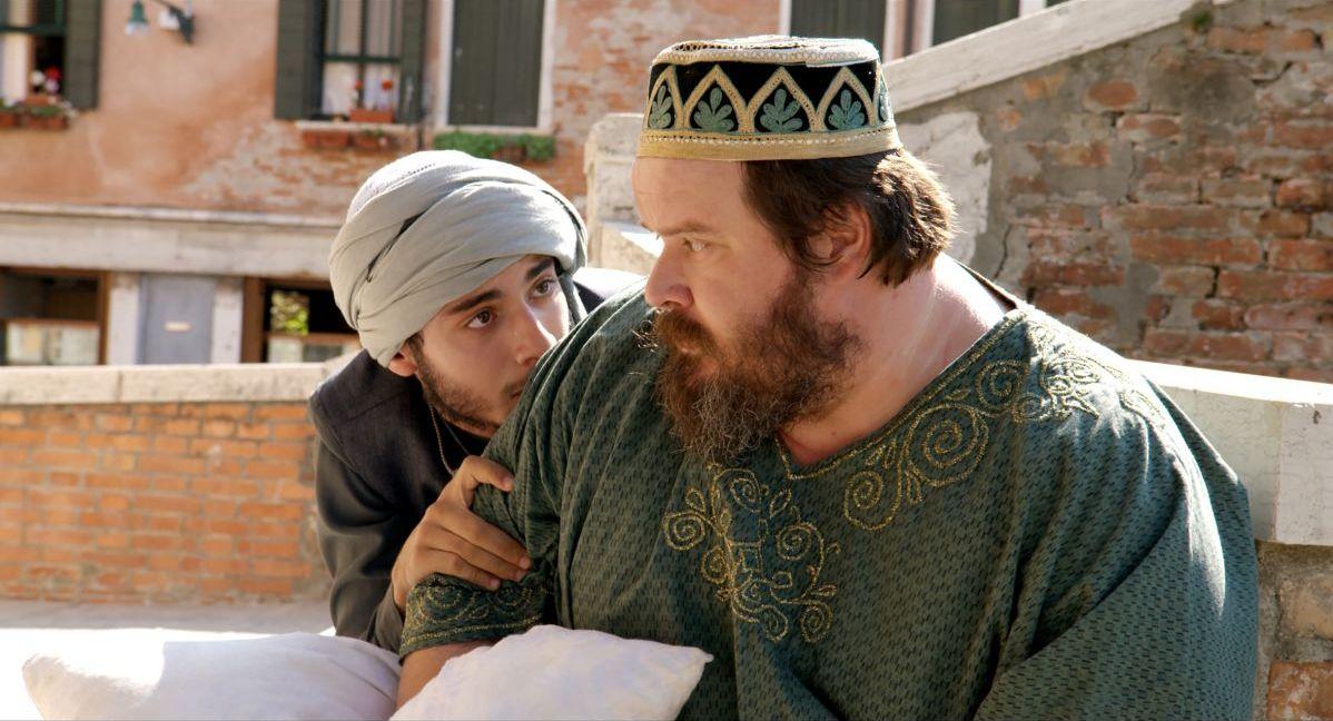 Pitza e datteri: Giuseppe Battiston con Mehdi Meskar in una scena del film