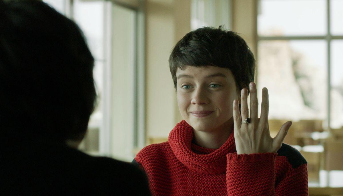 Il fascino indiscreto dell'amore: Pauline Etienne mostra il suo anello in una scena del film