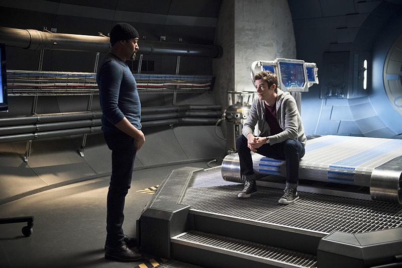 The Flash: Jesse L. Martin e Grant Gustin in una scena dell'episodio Fast Enough