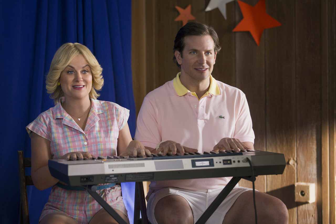 Wet Hot American Summer: First Day of Camp - Amy Poehler e Bradley Cooper in un'immagine del serial di Netflix