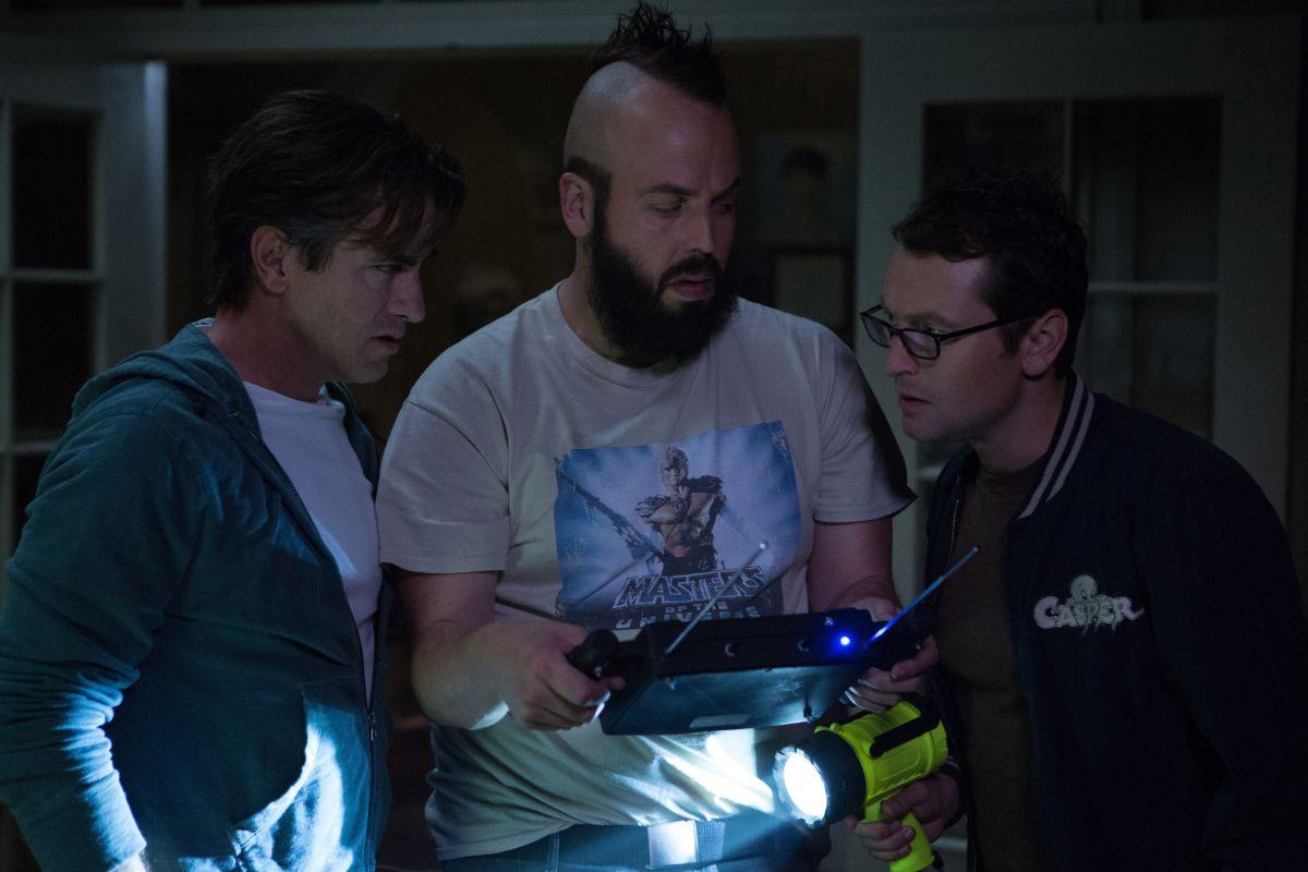 Insidious 3 - L'Inizio: Dermot Mulroney con Angus Sampson e Leigh Whannell in una scena dell'horror