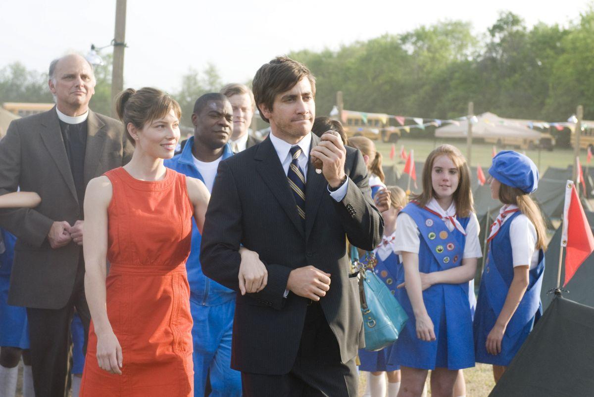 Accidental Love: Jessica Biel a braccetto con Jake Gyllenhaal in una scena del film
