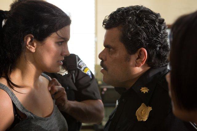 In the Blood: Luis Guzmán e Gina Carano in una scena