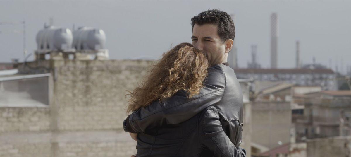 Una storia sbagliata: Francesco Scianna con Isabella Ragonese innamorati in una scena del film