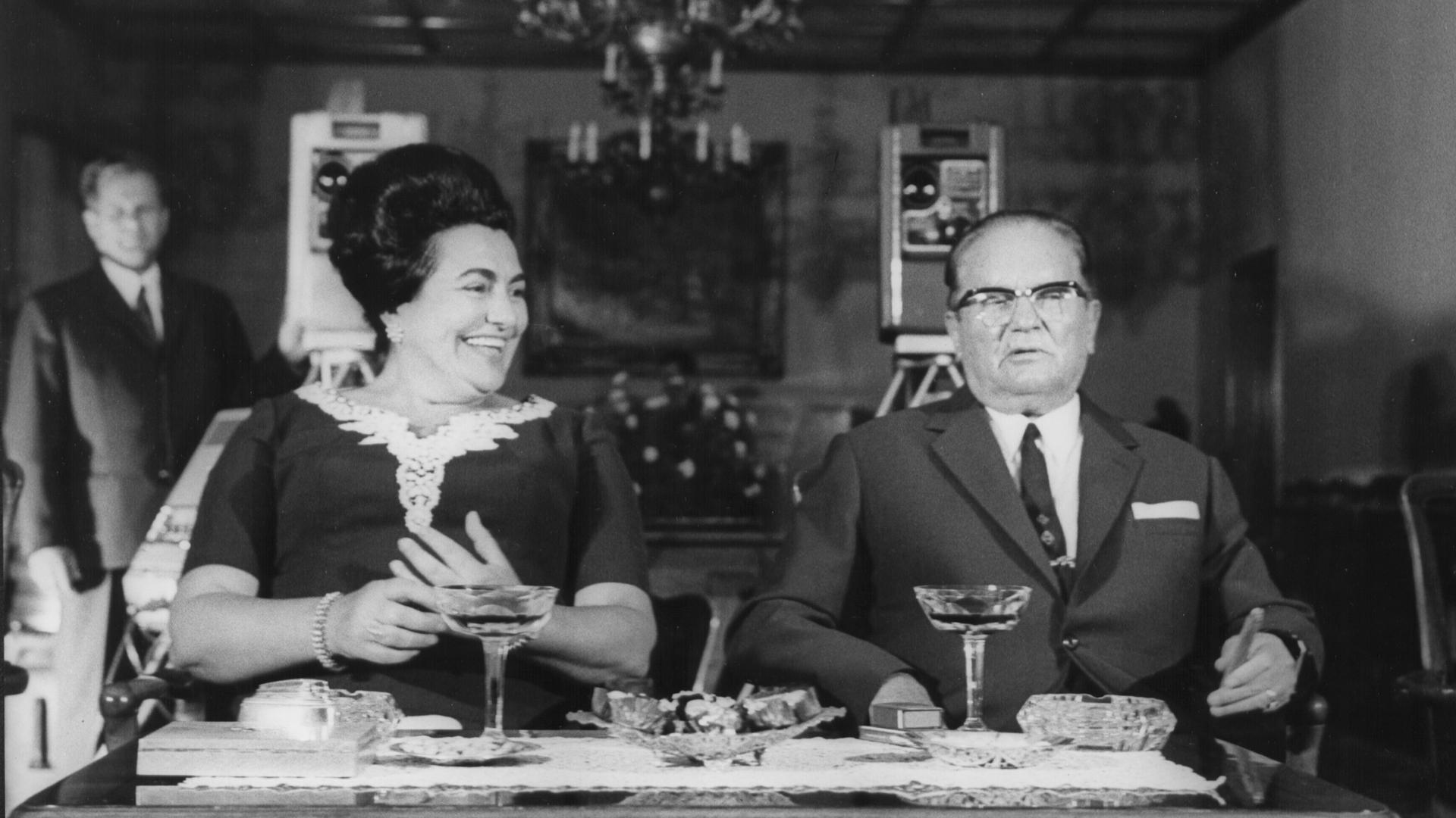 Cinema Komunisto: Leka Konstantinovic (in fondo alla foto) in una foto di repertorio col presidente Tito