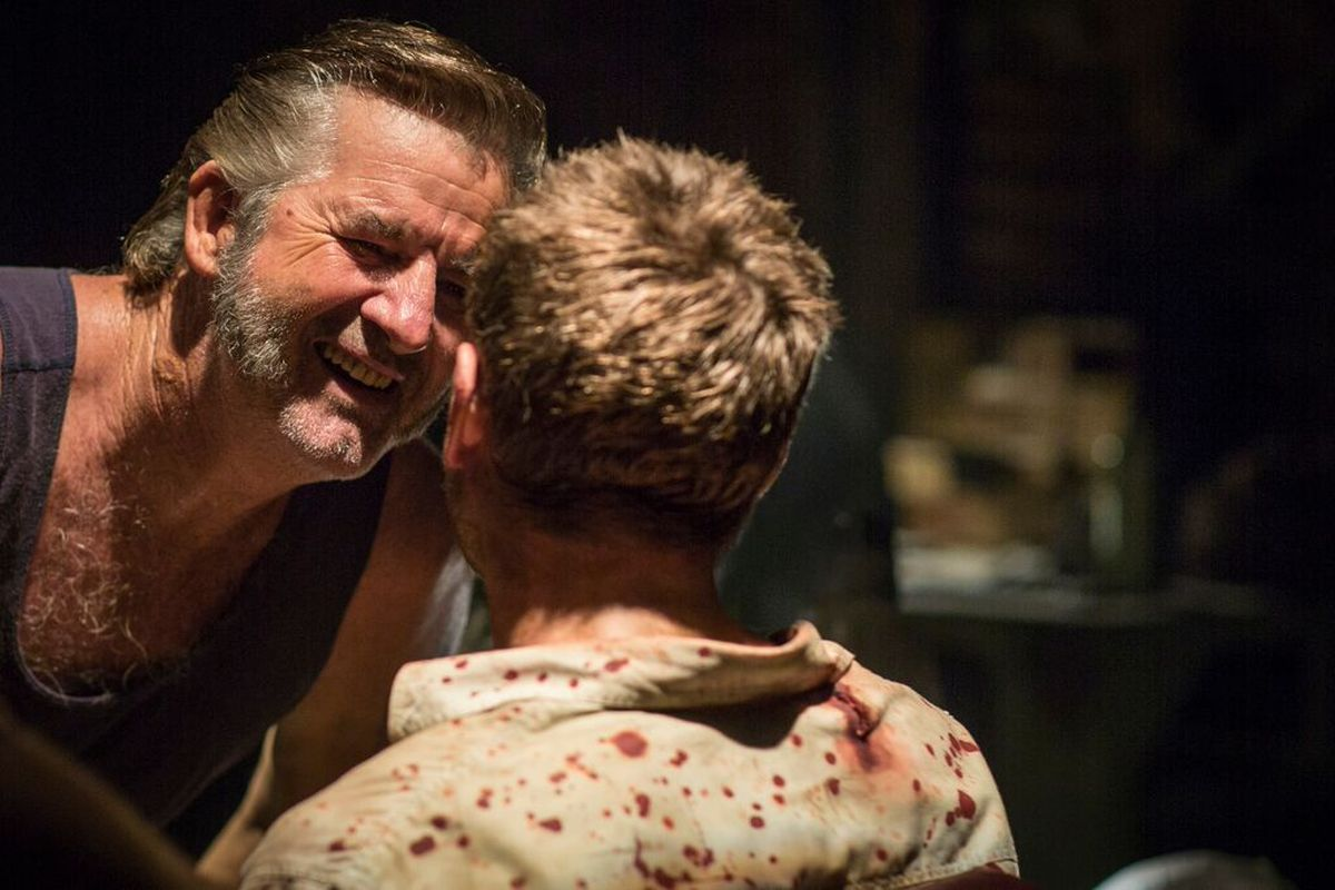 Wolf Creek 2 - La preda sei tu: John Jarratt tortura Ryan Corr in una scena del film