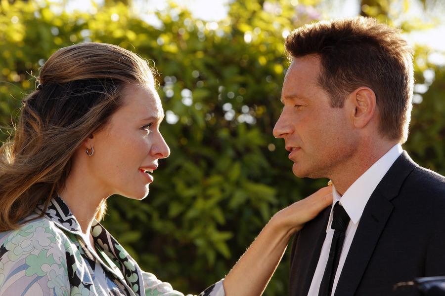 Aquarius: Michaela McManus e David Duchovny in una scena della première Everybody's Been Burned