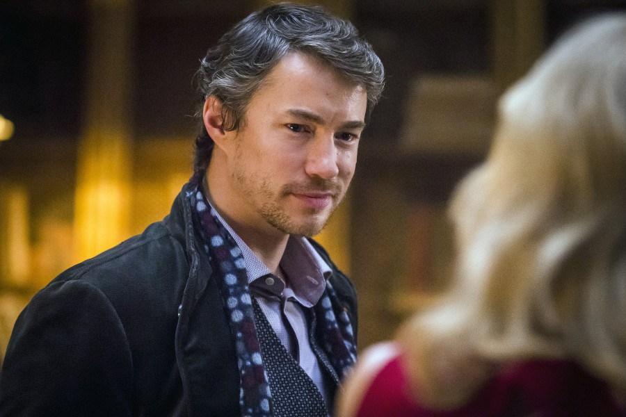 Hannibal: l'attore Tom Wisdom in una scena tratta dalla première, intitolata Antipasto
