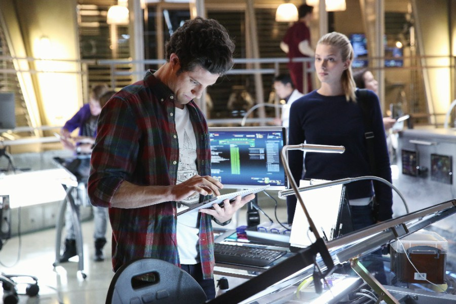 Stitchers:  Kyle Harris ed Emma Ishta nell'episodio A Stitch in Time