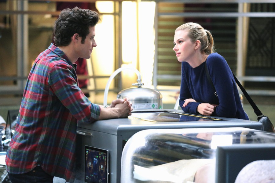 Stitchers: Kyle Harris ed Emma Ishta in una scena della puntata A Stitch in Time