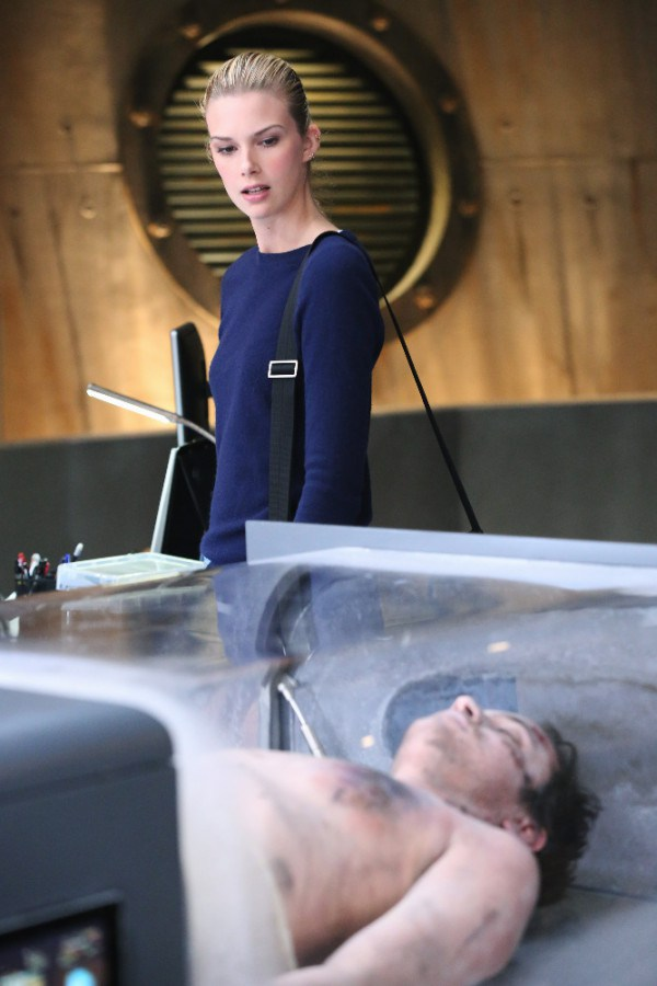 Stitchers: la protagonista Emma Istha in una scena dell'episodio A Stitch in Time