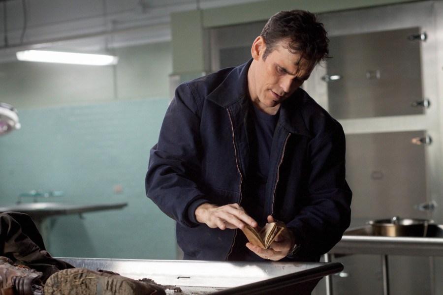 Wayward Pines: Ethan, interpretato da Matt Dillon, alla ricerca di indizi nel secondo episodio