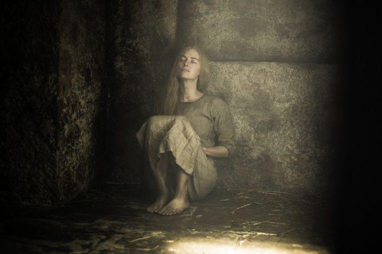 Il trono di spade: Lena Headey interpreta Cersei, rinchiusa in una cella, in un'immagine tratta da Aspra dimora