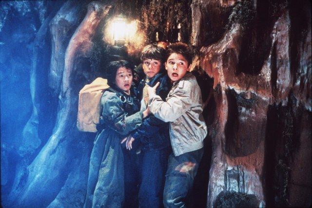 I Goonies: Corey Feldman, Jonathan Ke Quan e Sean Astin in una scena