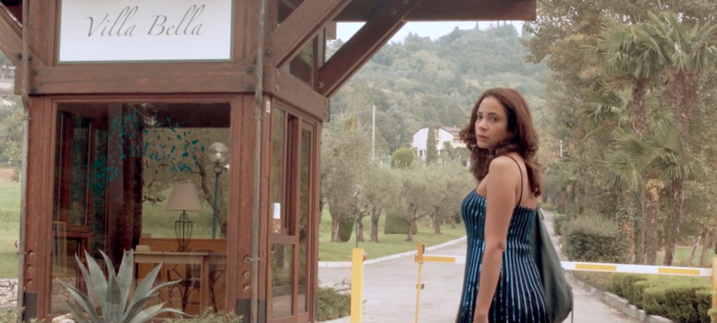 Le badanti: Samantha Castillo nei panni di Lola in una scena del film
