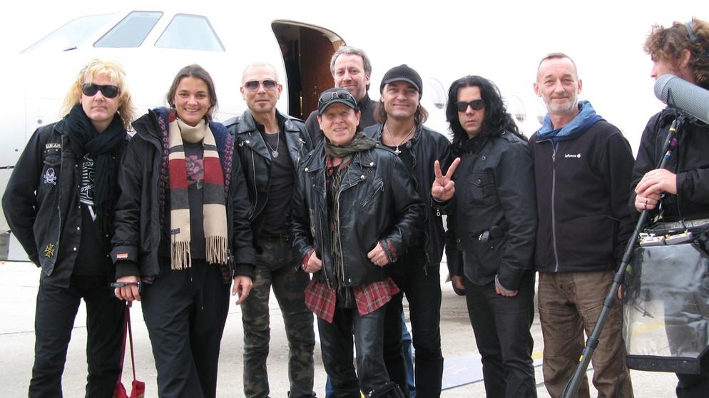 Scorpions - Forever and a Day: il gruppo con la crew e la regista Katja von Garnier in una foto promozionale