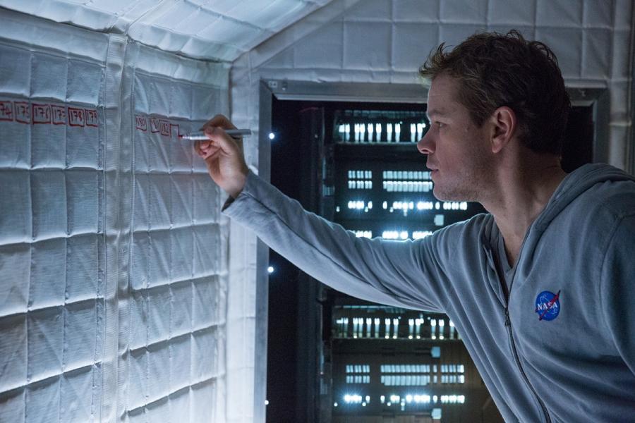 Sopravvissuto - The Martian: Matt Damon fa i calcoli nella sua navetta spaziale