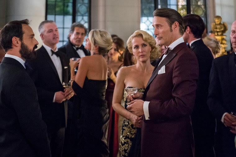Hannibal: Gillian Anderson e Mads Mikkelsen in una scena della puntata intitolata Antipasto