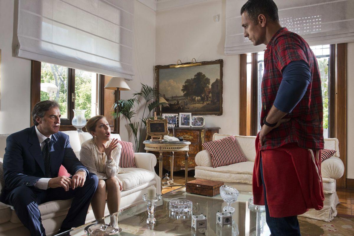 Torno indietro e cambio vita: Raoul Bova con i 'genitori' Max Tortora e Michela Andreozzi in una scena