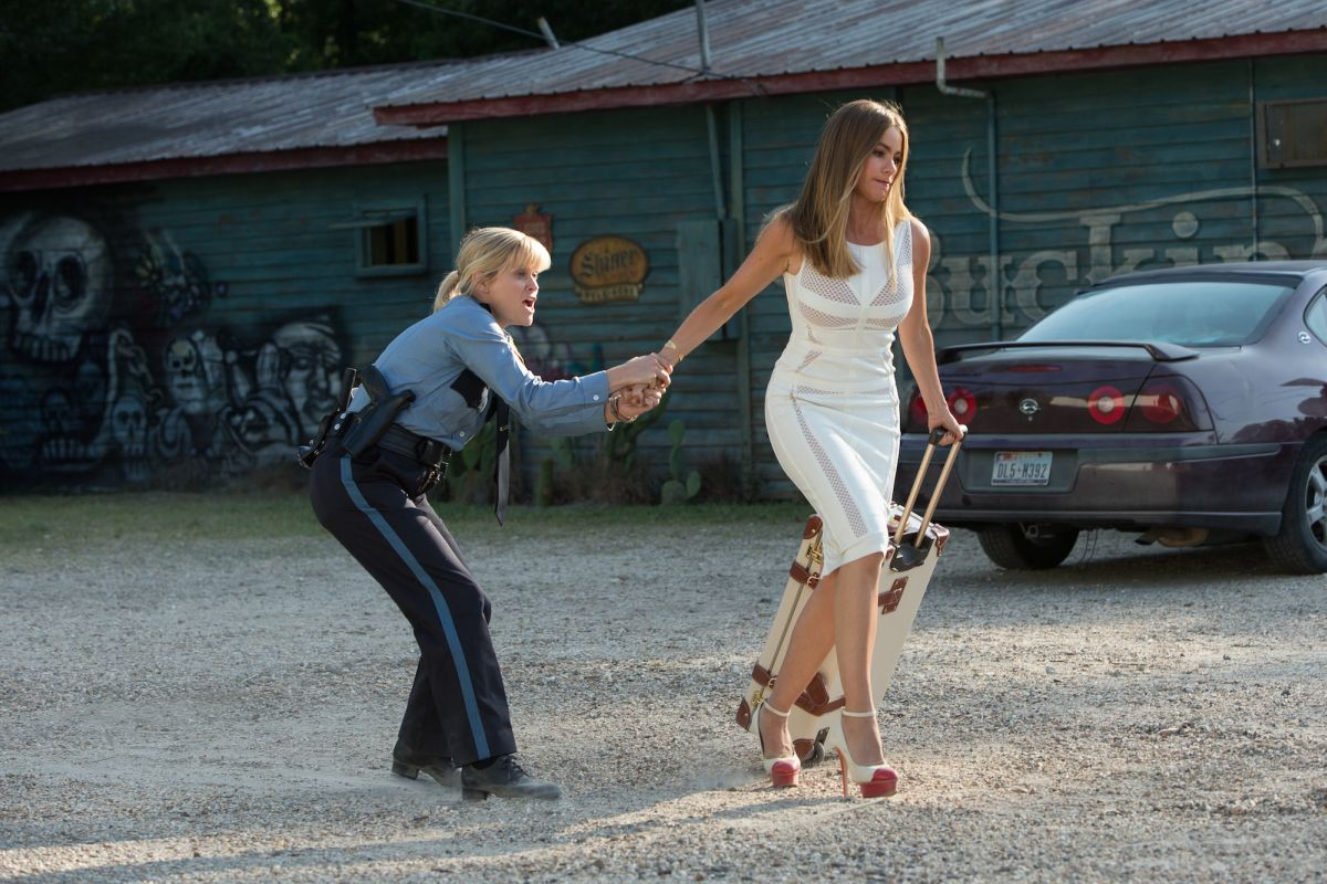 Fuga in tacchi a spillo: Reese Whiterpoon cerca di trattenere Sofia Vergara in una scena