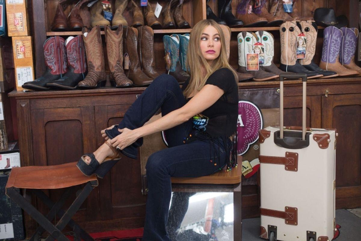 Fuga in tacchi a spillo: Sofía Vergara prova delle scarpe nuove in una scena della commedia action