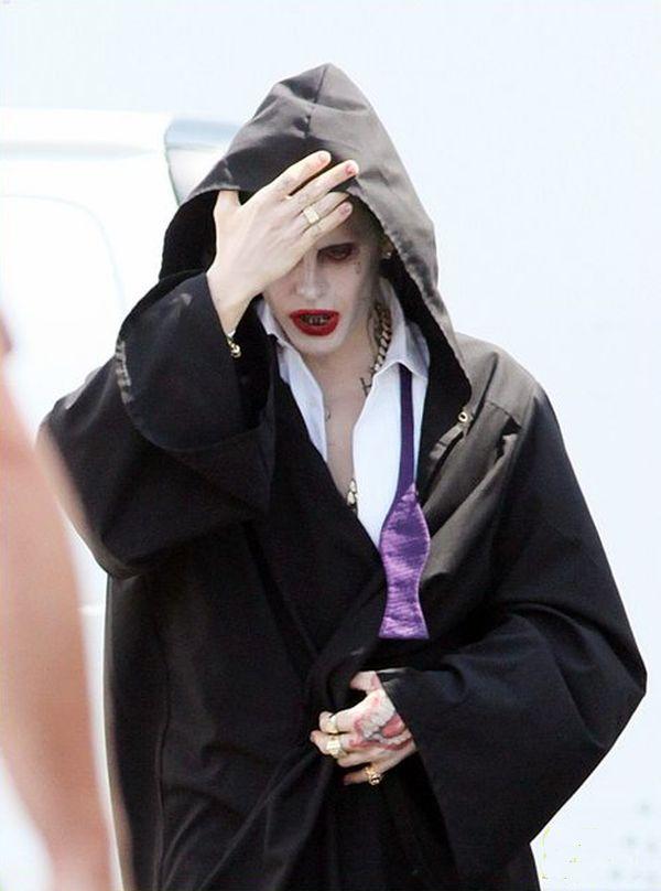 Suicide Squad: Jared Leto tenta di coprirsi il volto per celare il trucco del Joker