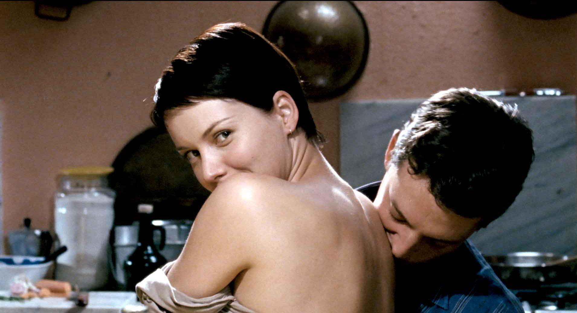 Soundtrack - Ti spio, ti guardo, ti ascolto: lo sguardo malizioso di Andrea Osvart in una scena del film