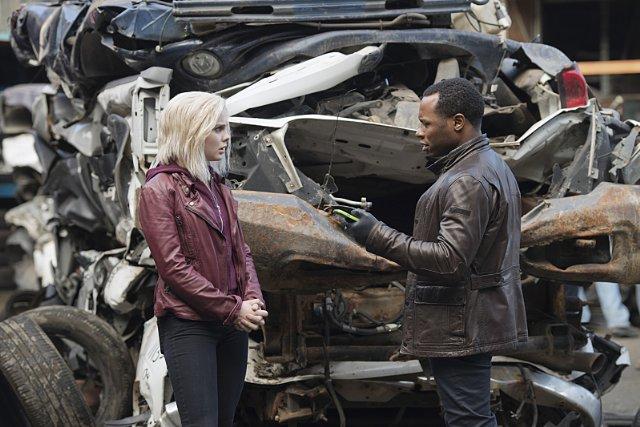 iZombie: Rose McIver e Malcolm Goodwin in una scena del finale di stagione 1