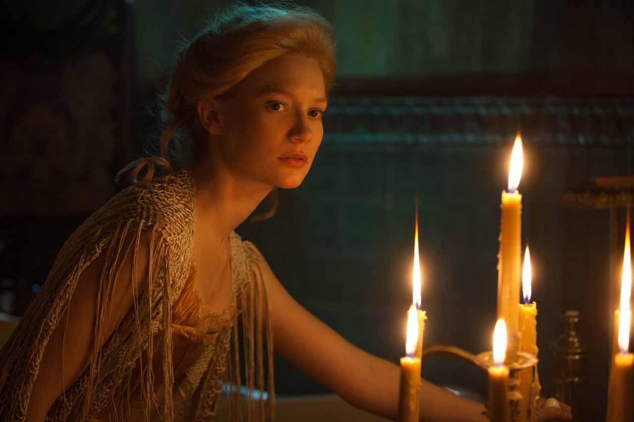 Crimson Peak: Mia Wasikowska alla luce dei candelabri
