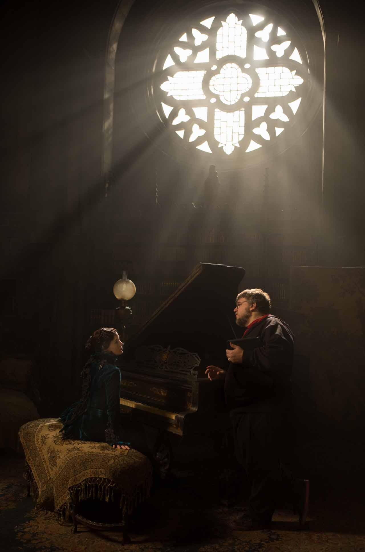 Crimson Peak: Guillermo Del Toro sul set con Jessica Chastain