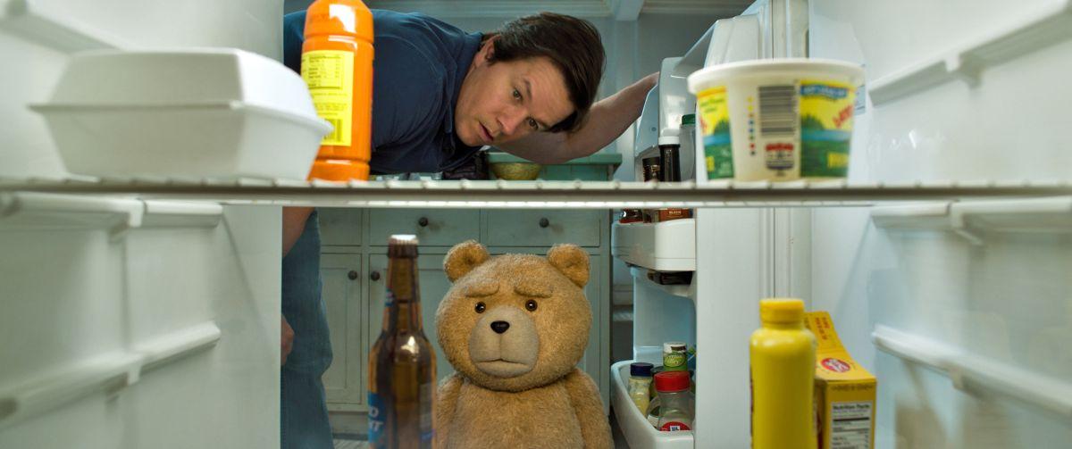 Ted 2: l'orsacchiotto Ted e Mark Wahlberg scrutano nel frigo in una scena del film