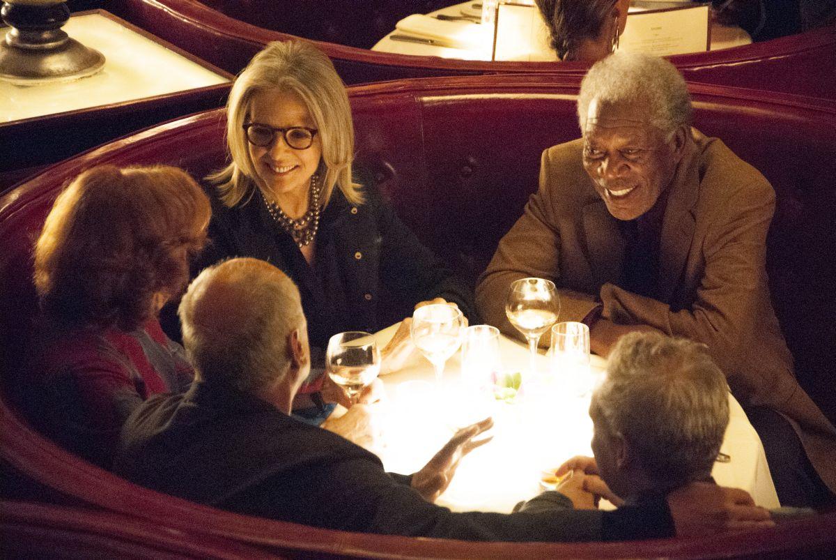 Ruth & Alex - L'amore cerca casa: Morgan Freeman e Diane Keaton a cena con amici in una scena del film