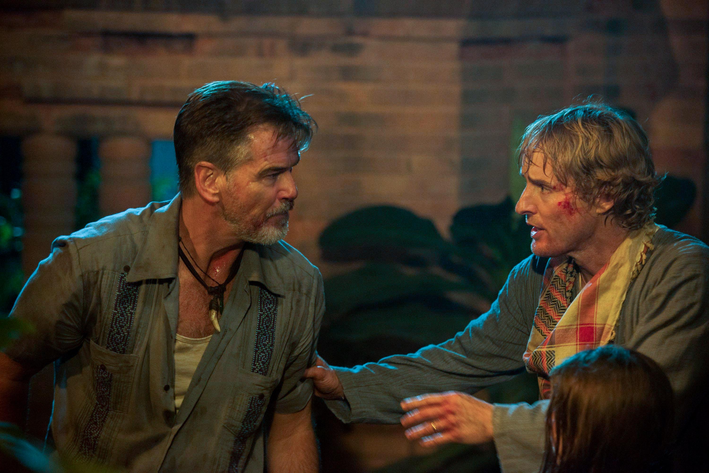 No Escape - Colpo di stato: Owen Wilson e Pierce Brosnan in una scena