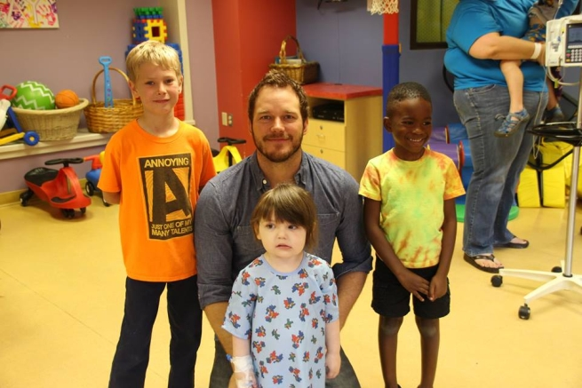 Chris Pratt posa con i bambini al Lake Children's Hospital