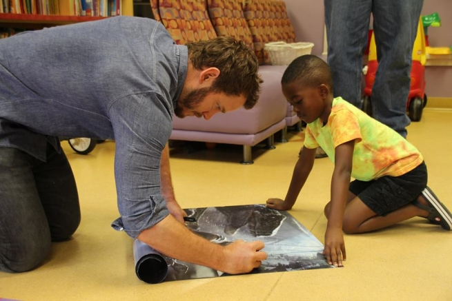 Chris Pratt con un piccolo paziente al Lake Children's Hospital