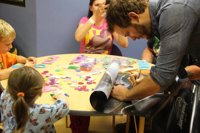 Chris Pratt firma autografi al Lake Children's Hospital