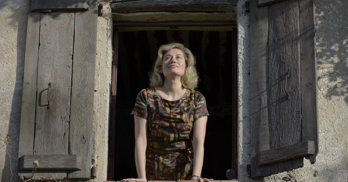 Violette: Emmanuelle Devos guarda il cielo dalla finestra in una scena del film