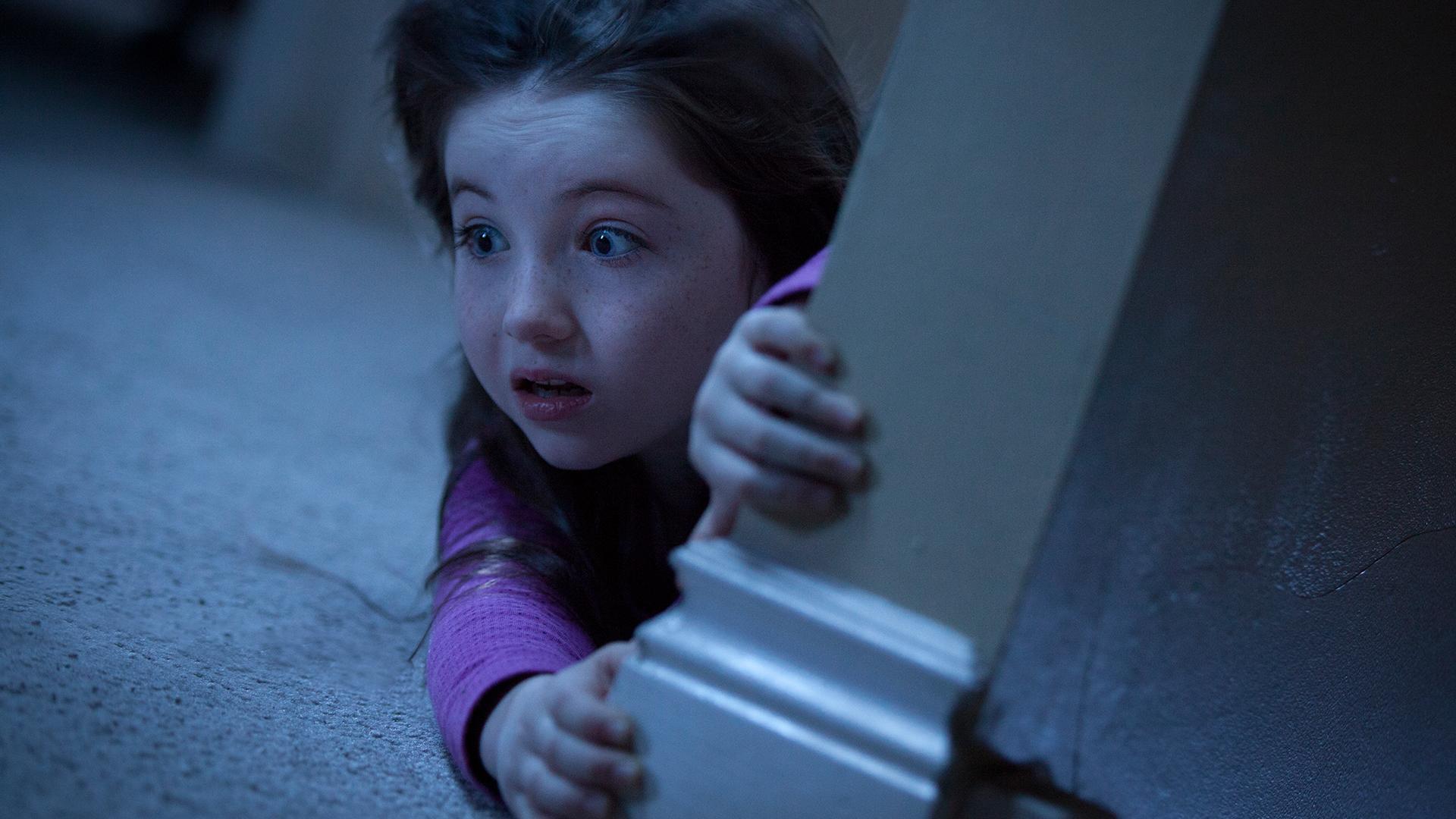 Poltergeist: la piccola protagonista Kennedi Clements in una scena del film horror