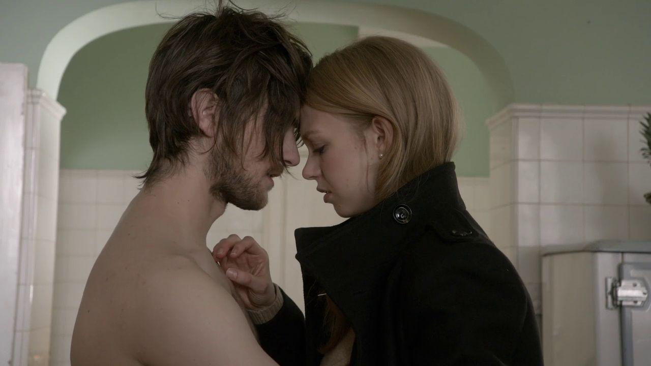Hemlock Grove: Landon Liboiron ed Emilia McCarthy in una scena della serie