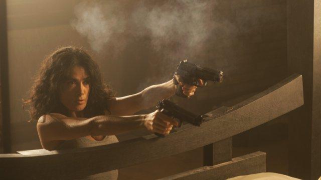 Everly: Salma Hayek in una scena d'azione del film di Joe Lynch
