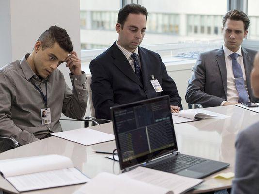 Mr. Robot: Elliot (Rami Malek) durante una riunione